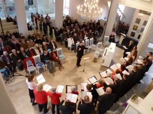 Konzentriert lauschen Stifterinnen und Stifter dem klangvollen Auftritt des Südwestfälischen Kammerchores