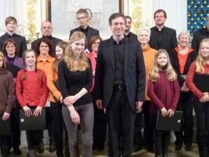 Erwachsene, Jugendliche, Jasmin Schiller und Gerd Weimar danken für den Applaus