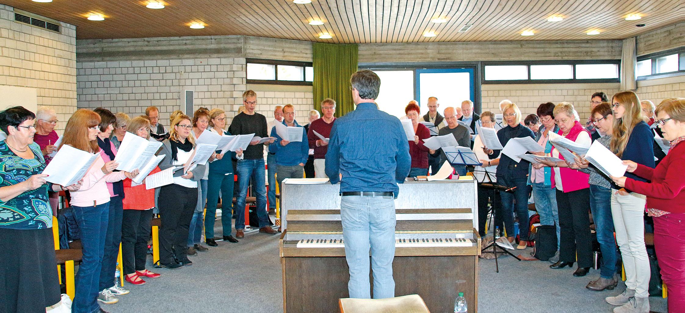 """Der """"große Chor"""" bei der Probe im ökumenischen Kirchenzentrum in Meschede. An einem Samstagvormittag treffen sich rund 50 Singbegeisterte zur Probe."""