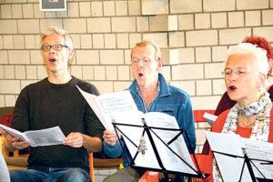 Egal wie oft manche Stellen geprobt werden – mit großem Engagement sind die Sängerinnen und Sänger dabei.